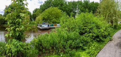L'étang Roger-Paquet et son belvédère, situés en bordure du Parc Terre-des-Jeunes de Victoriaville