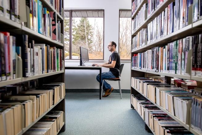 Homme installé à un ordinateur