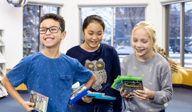 Jeunes avec des cassettes de jeux vidéo