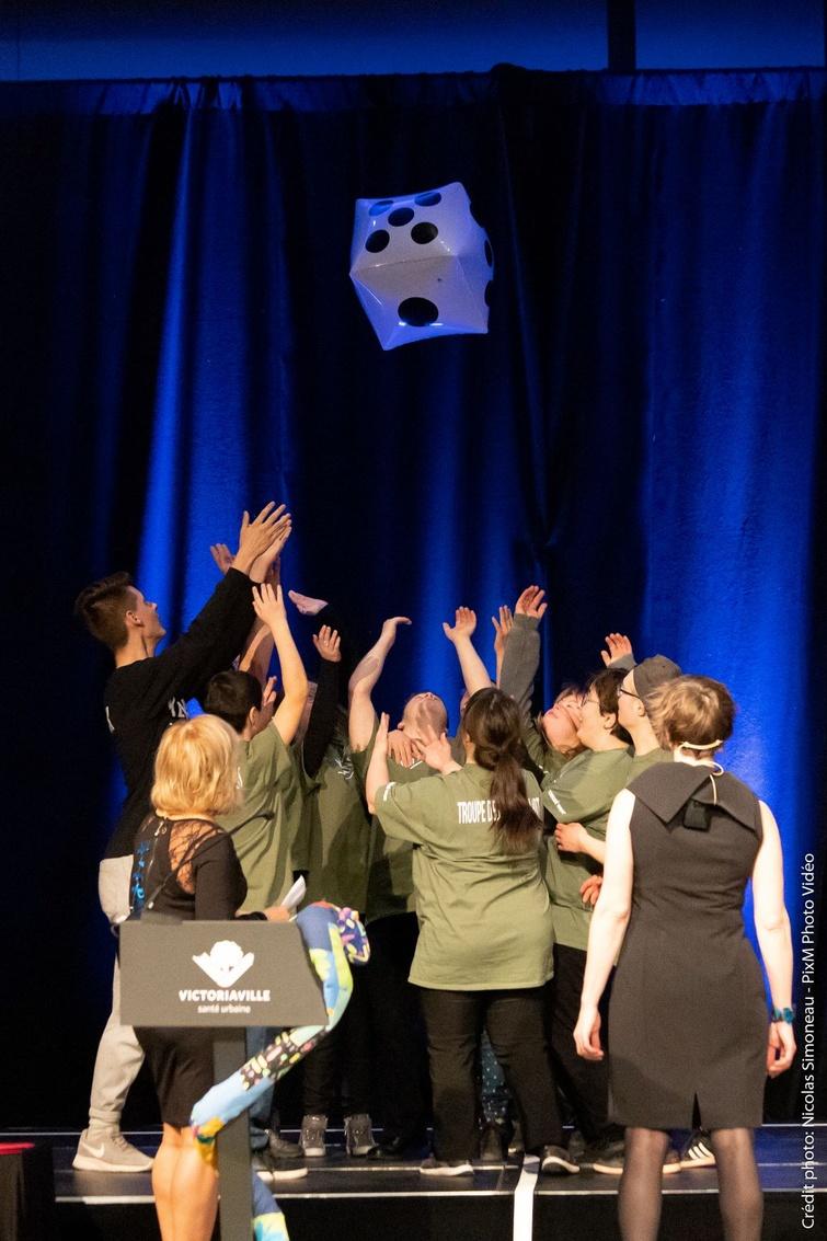 Lancer du dé au gala des 20 ans de l'accessibilité universelle à Victoriaville