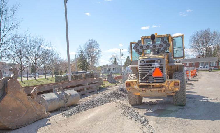 Le plus important chantier d'infrastructure des 25 dernières années s'est entamé le 6 mai dernier sur le territoire de Victoriaville. La mise en place du collecteur Saint-Henri permettra également d'améliorer les aménagements urbains du secteur, comme sur la rue Godin, qui verra l'ajout d'une station de pompage, le réaménagement complet de la surface de la rue, le rétrécissement de la chaussée et l'ajout de dalles alvéolées en bordure destinées au stationnement.