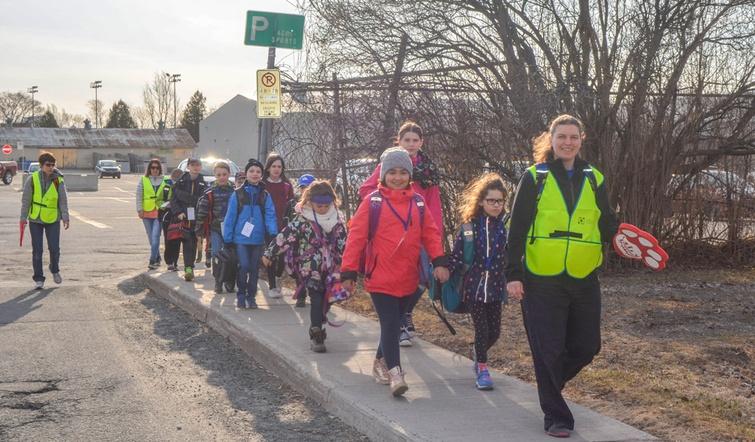 """Plus d'une vingtaine d'élèves de l'école Saint-David de Victoriaville emprunte depuis le 23 avril 2018 le service """"d'autobus pédestre"""", soit le Trottibus. Le Trottibus permet aux élèves de marcher, de bouger, d'échanger et surtout de se rendre à l'école en toute sécurité."""