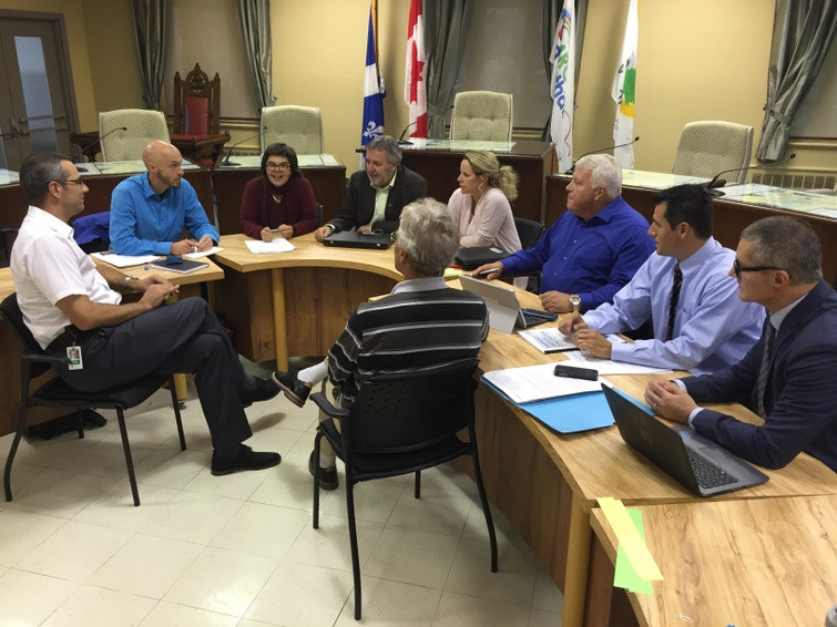 Le 10e Rendez-vous de concertation des acteurs socio-économiques de la MRC d'Arthabaska s'est déroulé à l'hôtel de ville de Victoriaville le 4 octobre dernier et rassemblait, de gauche à droite, Martin Lessard (Ville de Victoriaville), Frédérick Michaud (MRCA), Chantal Charest (CDCBF), Daniel Sicotte (CSBF), Josée Desharnais (CCIBFE), Vincent Guay (CDEVR), Cédrick Brunelle (SQ), Jean-François Bussières (CIUSSSMCQ) et Jean-François Girard (SADC) (de dos). Paul Thériault (Cégep), Diane Gauthier (Emploi-Québec) et Éric Houle (UPA) sont absents de la photo.