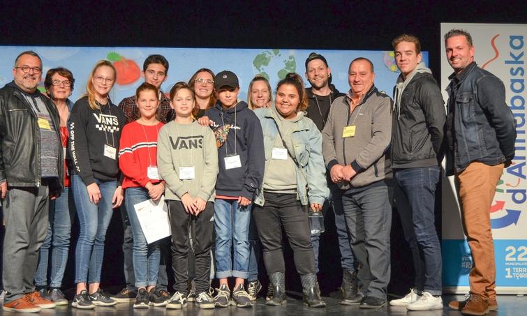 """On aperçoit les membres de l'équipe qui ont présenté le projet ayant décroché la première position lors du Sommet jeunesse de la MRC d'Arthabaska et une bourse de 6000$, soit la """"Semaine cyberdétox"""". Ils sont en compagnie des """"dragons"""" et du comédien Antoine Pilon."""