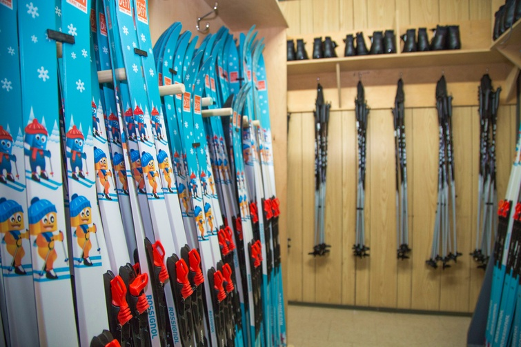 """Les jeunes de Victoriaville et sa région âgés de moins de douze ans pourront entre autres louer gratuitement, dès l'hiver 2019-2020, de l'équipement de ski de fond à la roulotte située au bas du mont Athabaska, et ce, grâce au volet <em>La Petite Expé</em>. Plus de détails au <a href=""""http://vic.to/jouerdehors"""">vic.to/jouerdehors</a>."""
