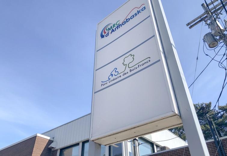 """À compter du mardi 17 mars 2020, les bureaux administratifs de la MRC d'Arthabaska, situés au 150, rue Notre-Dame Ouest à Victoriaville, seront fermés au public. Jusqu'à nouvel ordre, les employés demeurent accessibles par le biais du téléphone et des courriels. Pour plus de détails sur la MRC d'Arthabaska, consultez le <a href= """"http://regionvictoriaville.com"""">regionvictoriaville.com</a>."""