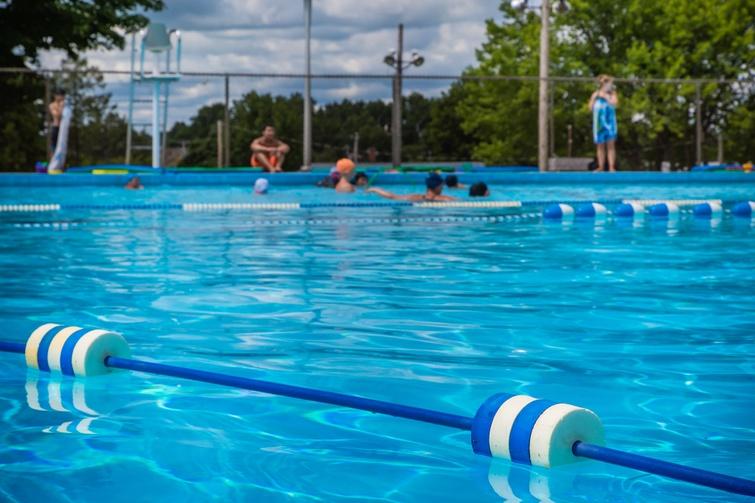 Baigneurs à la piscine des Forges