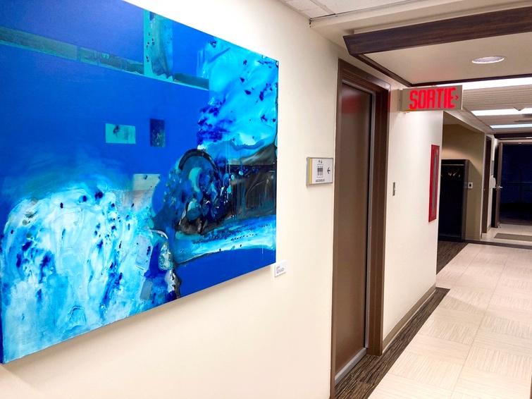 Plusieurs oeuvres sont exposées dans les bâtiments municipaux, dont celle-ci, Mi luna Ilena, de Laurelou Hélie, acquise en 2019, qui prend place près du bureau du maire à l'hôtel de ville.