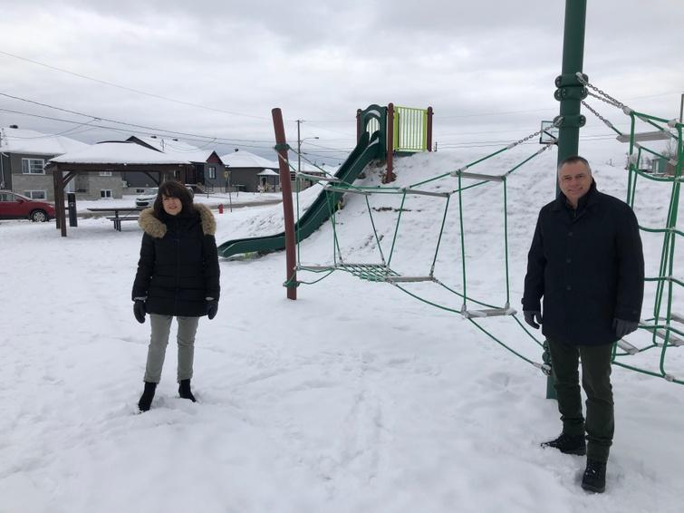 La conseillère municipale Sophie Lambert et le maire André Bellavance au parc Gingras.