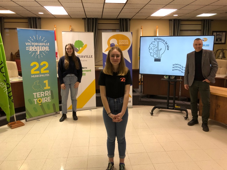 Sur la photo, de gauche à droite Anaïs Berthiaume (Conseil jeunesse de Victoriaville), Léana Pépin (représentante de Notre-Dame-de-Ham, Conseil jeunesse de la MRC d'Arthabaska) et André Bellavance, maire de Victoriaville.