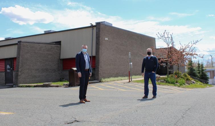 Le Centre communautaire d'Arthabaska fera l'œuvre de travaux importants totalisant plus de 3,2 millions de dollars. Nous apercevons le député d'Arthabaska et whip en chef du gouvernement, monsieur Eric Lefebvre, et le maire de Victoriaville, monsieur André Bellavance, à proximité dudit bâtiment.
