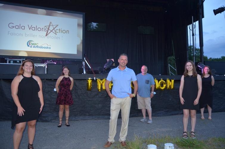 De gauche à droite, Bianca Boilard, Taomie Pépin, David Vincent (préfet suppléant), Simon Boucher (ex-maire de Sainte-Clotilde-de-Horton), Coralie Bureau et Anne-Sophie Marchand