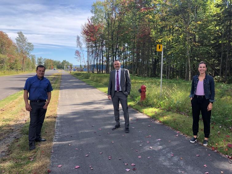 De gauche à droite, Richard Croteau, commissaire industriel à la CDEVR, André Bellavance, maire de Victoriaville et président de la CDEVR et Jacinthe Roy, directrice générale et conseillère sénior en développement durable à la CDD.