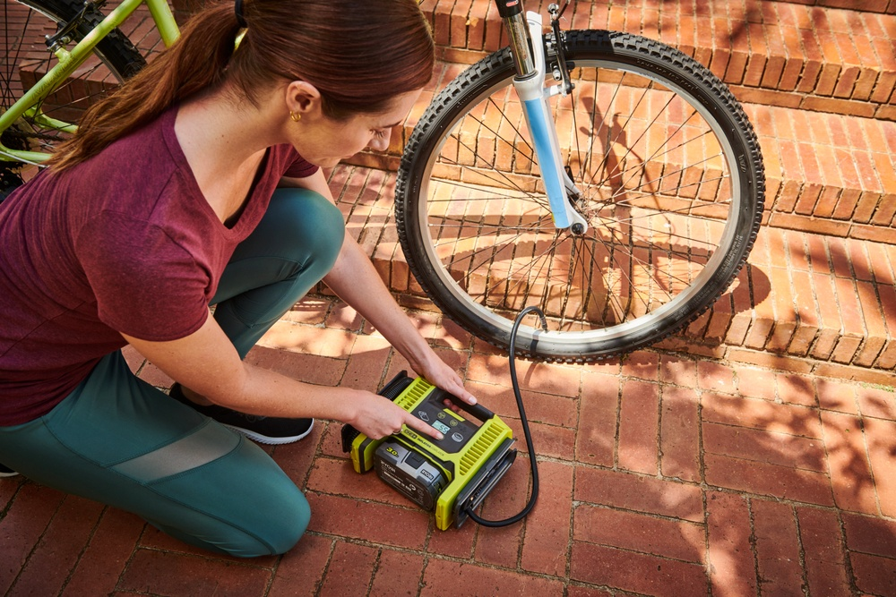 R18MI med en rekke munnstykker for alle dagligdagse pumpeoppgaver fra bildekk til badeballer!