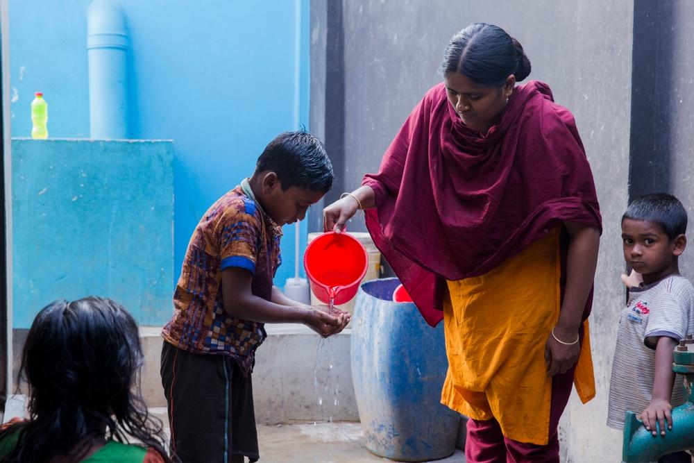 Genom WaterAids projekt i Mirpur, som finansierades av Lindex, har Rashmin Begum och över 6500 andra fått rent vatten och nya toaletter. Foto: WaterAid/Farzana Hossen
