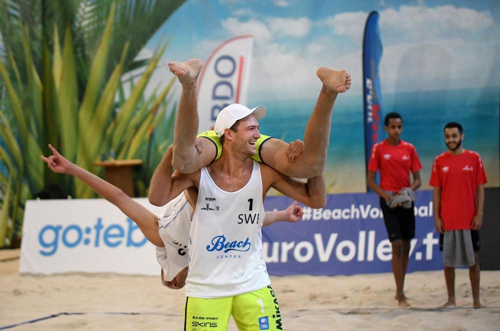 Martin Appelgren tog en svängom med sin beachvolleypartner Alexander Annerstedt som sekunderna efter segern i kvartsfinalen mot Ryssland fick sig en mer eller mindre frivillig flygtur. Foto: Johanna Svensson.