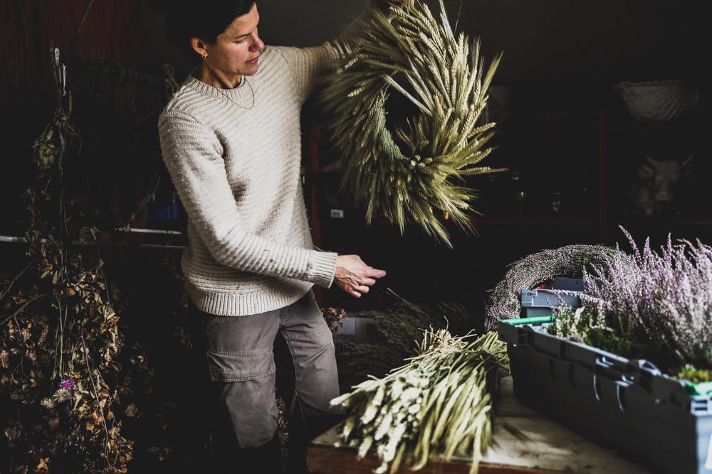 Trädgårdsmästare Maria Hult binder julkransar