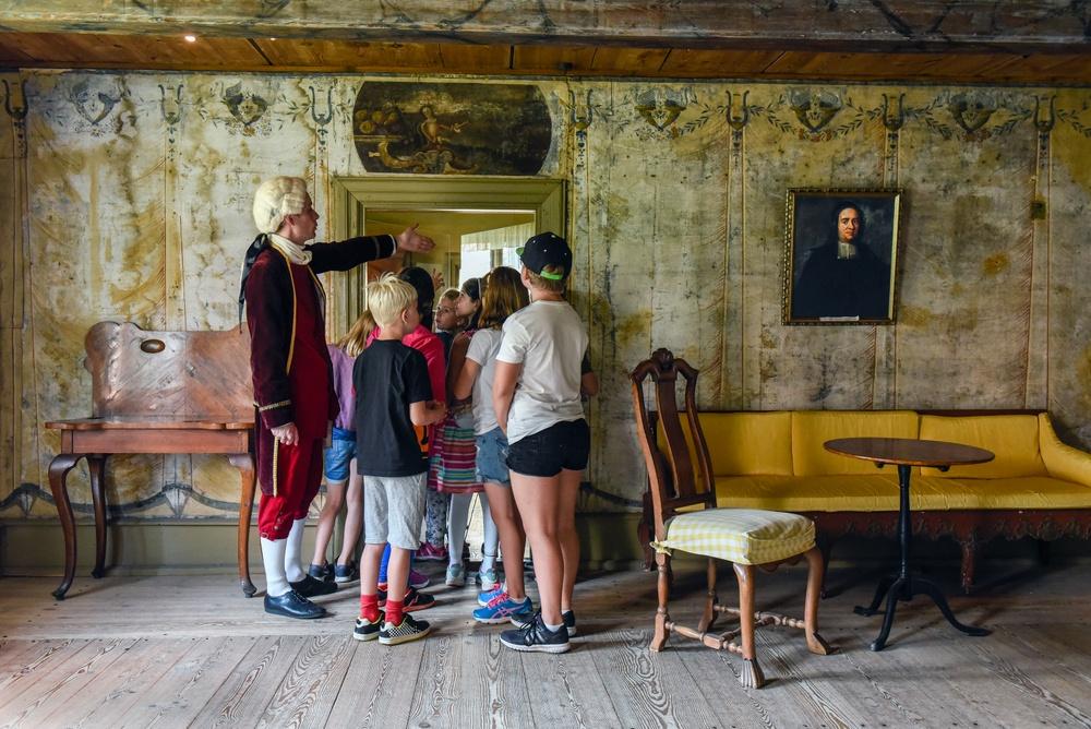 Kulturens pedagog har visning för barn i Västra Vrams prästgård Foto: Viveca Ohlsson/Kulturen