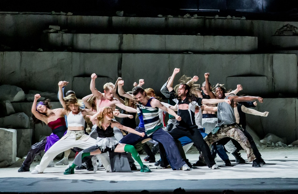 "Ballet National de Marseille i koreografi av kollektivet (LA)HORDE i verket ""A room with a view"""