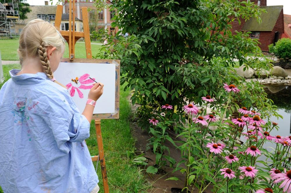 Stafflimålning i parken är en återkommande programpunkt sommartid. Foto: Viveca Ohlsson, Kulturen