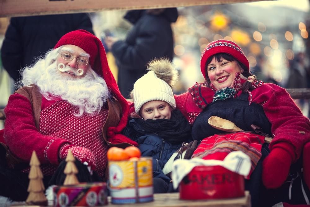 Julenissen og frua sprer glede i gågata i Lillehammeri førjulstiden. Foto Bård Gundersen