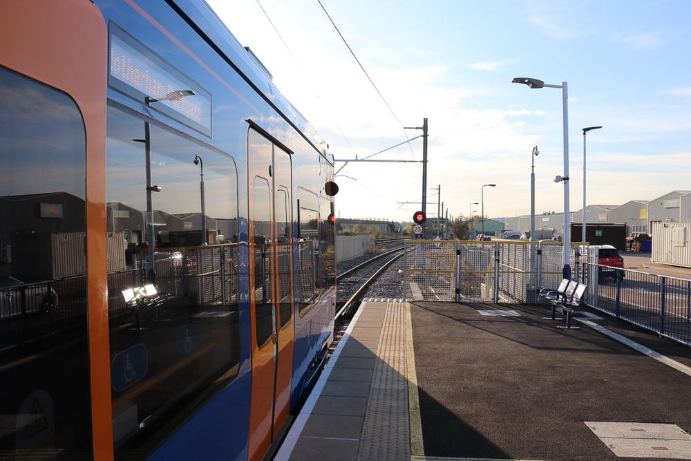 Duospårvagn inväntar avgång vid Parkgate. Här kör man direkt ut på järnvägsnätet.