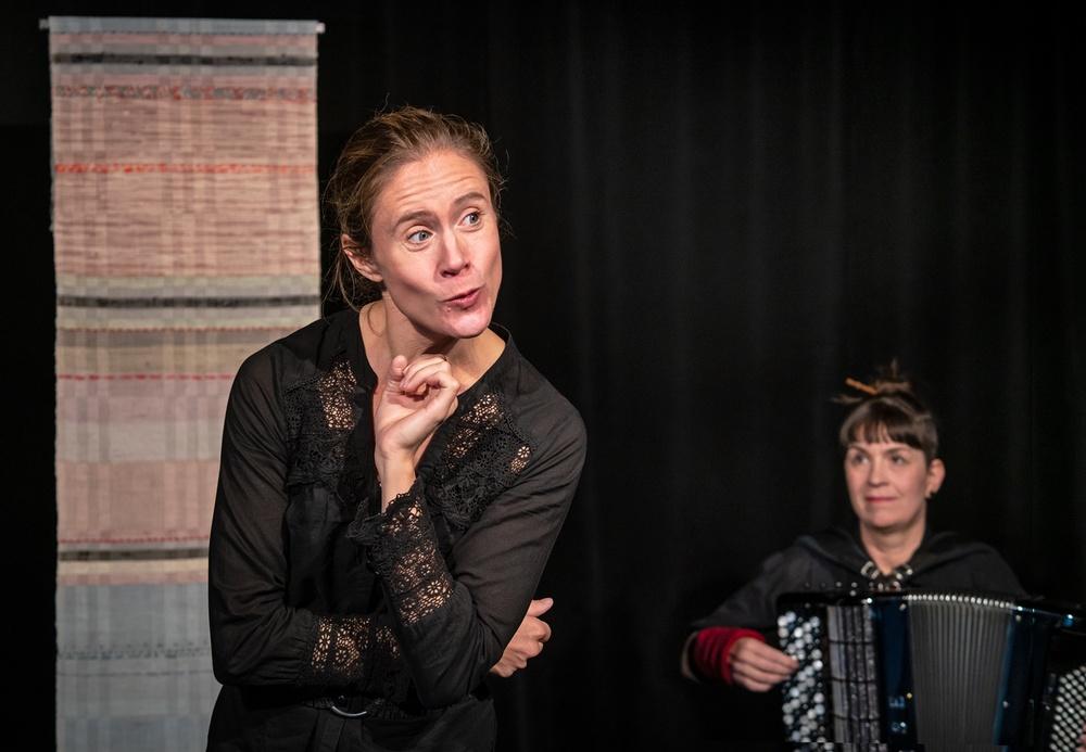 Nu får fler chansen att se Ellenor Lindgren och Nina Nordvall Vahlberg i Lifsens Rot, efter Sara Lidmans roman. Fotograf: LisaLove Bäckman.