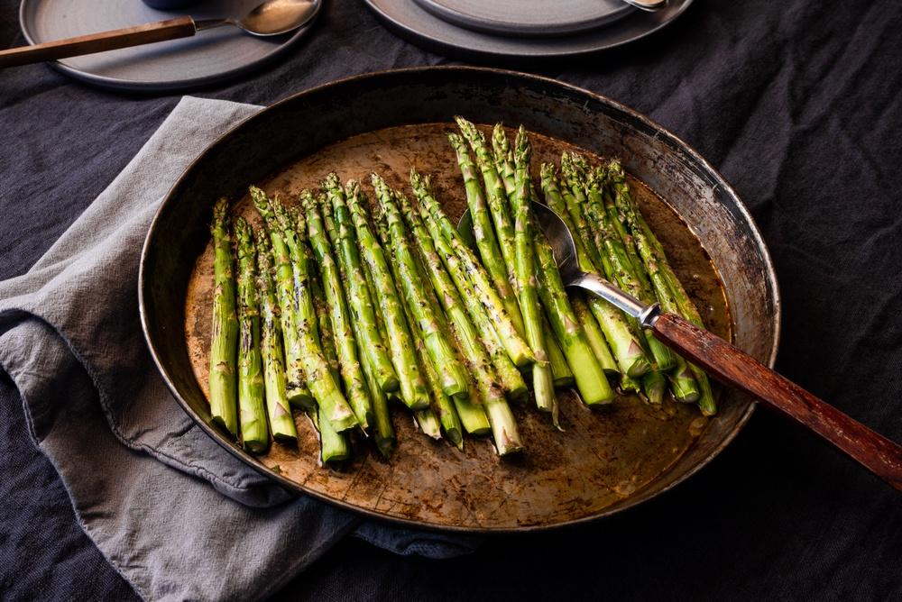 Stekt sparris smaksatt med Vegonade Garlic & Parmesan.