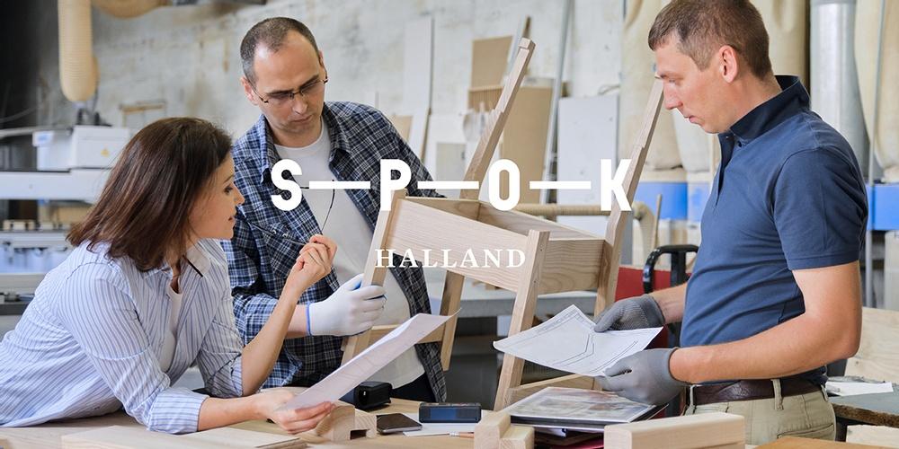 En kvinna och två män står i en verkstad med en halvfärdig stol och papper i händerna och diskuterar. Över bilden ligger texten: S-P-O-K Halland.