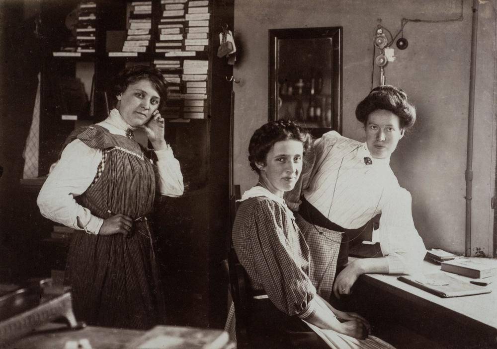 Till höger i bild ses Ida Ekelund, som här är fotograferad med sina medarbetare. Fotot är troligen taget under 1910-talet.  Foto: Ida Ekelund.