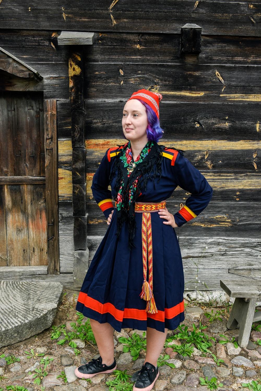Evelina Kallträsk i sin gammelfarmor Stina Gaup Westerlunds kolt. Foto: Viveca Ohlsson, Kulturen