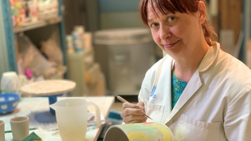 Keramikern Anna Broström i sin verkstad i Hökarängen utanför Stockholm, färdigställer en kruka med bananmönster. Foto: Emma Grip