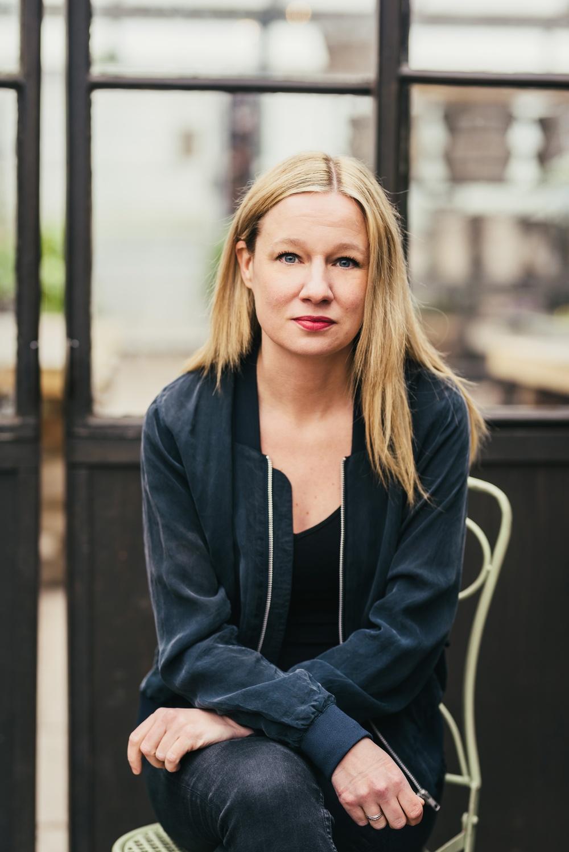 Caroline Jonsson, författare till boken Trygga klassrum som beskriver UngHästens arbete med teater som pedagogiskt verktyg för att öppna för samtal med unga om psykisk ohälsa. Foto: Johanna Egema