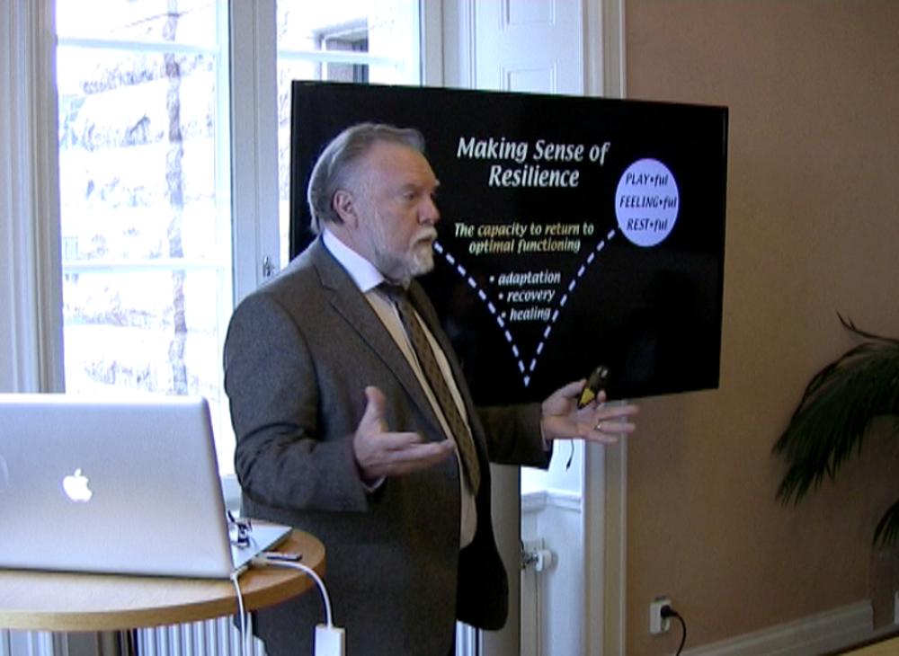 I oktober 2018 talade dr Gordon Neufeld i Sveriges riksdags lokaler om resiliens, hur vi kan förstå och förebygga psykisk ohälsa bland barn och unga.