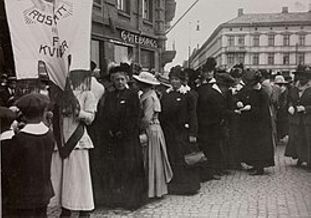 Kvinnor tågar för rösträtten, Göteborg 1918 (tagen från Wikipedia)