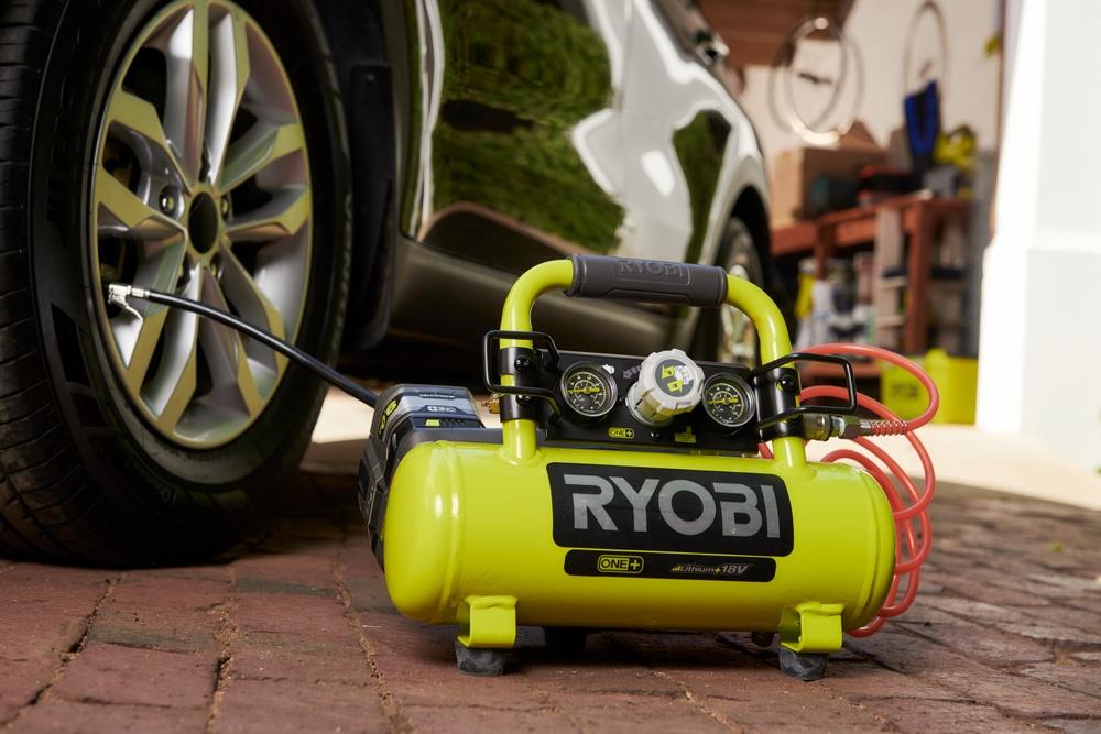 18V kompressorilla voidaan täyttää tyhjä autonrengas jopa 80 sekunnissa