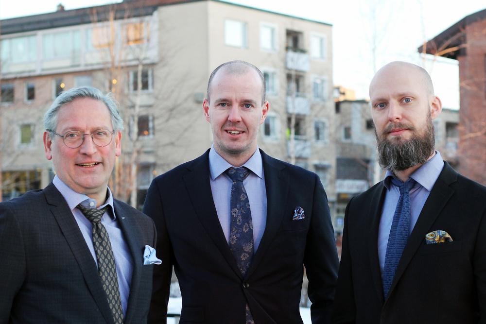 Bild på advokaterna Jan Erik Jonasson, Jens Nyström och Fredrik Elveros.