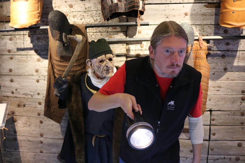 Jeremy Hardy håller i ficklampan under höstlovets visningar.