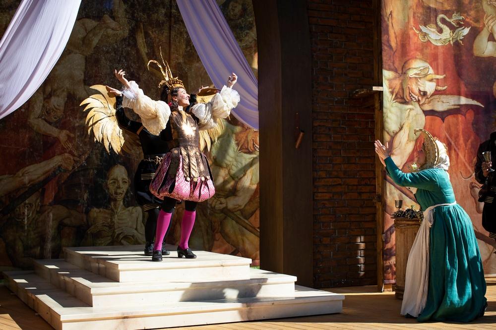 Romeo och Julia, sommarteater på Medlefors med Västerbottensteatern, sommaren 2020 och 2021. I bild:  Greve Paris (Marina Georgescu) och Amman Johanna (Sonja Lindblom). Fotograf: Patrick Degerman