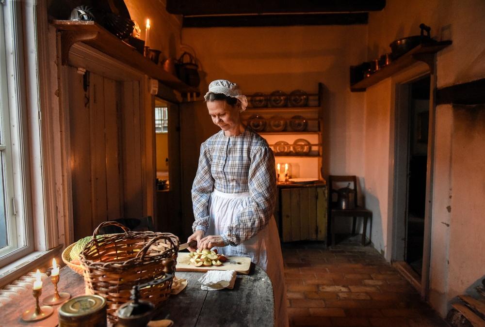 Pedagog Kristina Bakran gestaltar hushållerskan Johanna i Thomanderska huset. Foto: Viveca Ohlsson, Kulturen