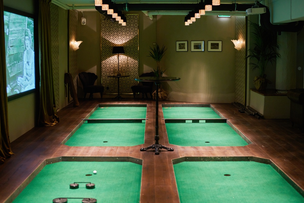 The Livingrooom at Swing, private room with minigolf and movie screen