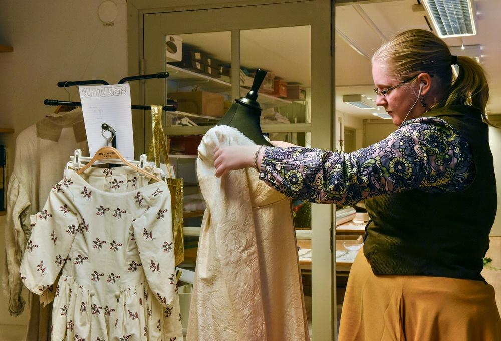 Konservator Åsa Tornborg förbereder en utställning på Kulturen i Lund. Foto: Viveca Ohlsson/Kulturen
