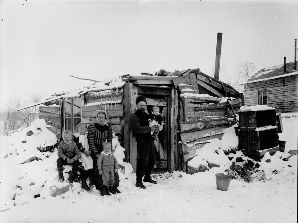 Familjen Söderberg samlad utanför bostaden år 1900. Yngsta dottern Kiruna på faderns arm är samhällets förstfödda. Foto: Borg Mesch.