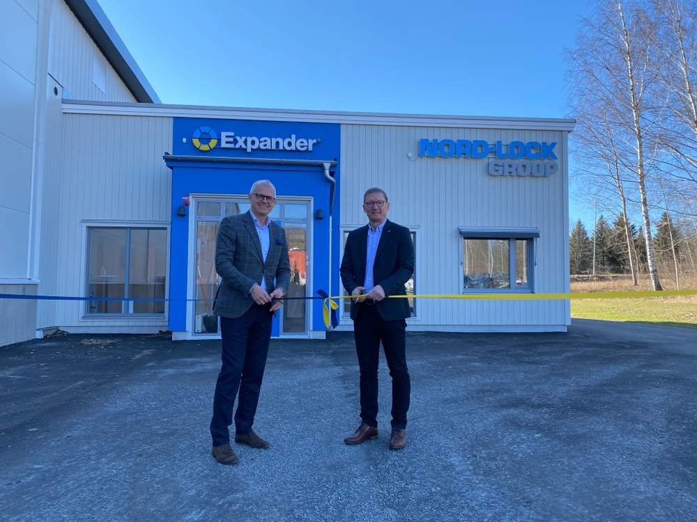Ribbon cutting at the inauguration ceremony by CEO Fredrik Meuller (left) and Divisional Director Expander Thomas Persson (right) at the expanded factory in Åtvidaberg, Sweden