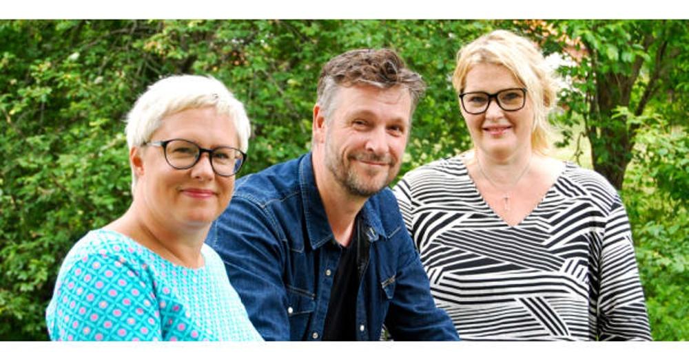 Personal vid Nordiskt Berättarcentrum 2018/19, fr v: Theresa Eriksson,pedagog/producent, Robert Herrala, verksamhetschef och Lillemor Skogheden, amatörteater- och berättarkonsulent. Resurser är även Jonas Lundqvist, kommunikatör och programkoordinatörerna Rose-Marie Lindfors och Malin Åberg.