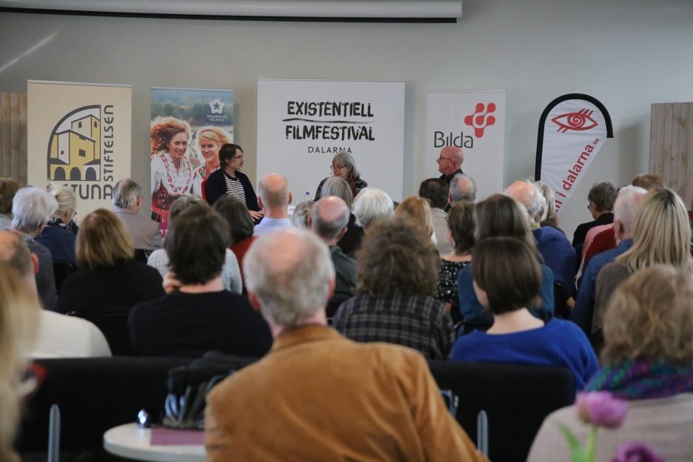 Avslutande reflektion på Existentiell Filmfestival 2018 med Jon Asp, Agneta Plejijel och moderator Alf Linderman på scenen i Mediehuset, Högskolan Dalarna. Foto: Ulrika Vedholm