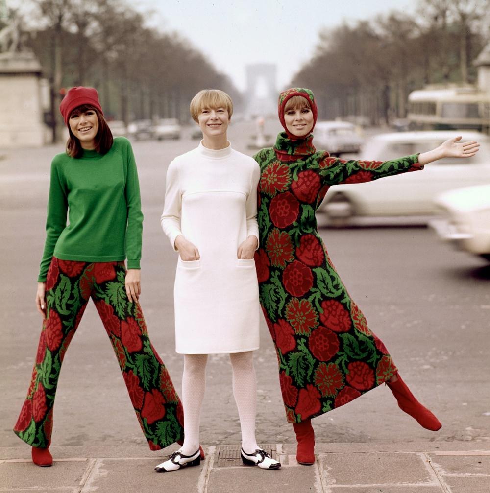 Katja Geiger, Katja of Sweden, omgiven av två av sina modeller i Paris 1966. Foto: Björn Larsson Ask/Bonnierarkivet.