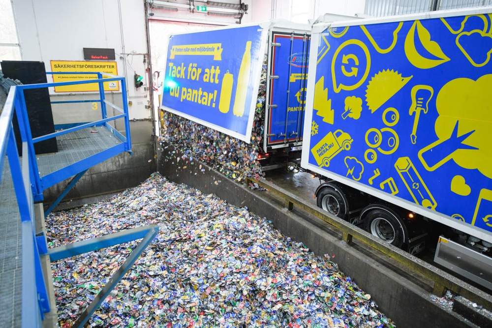 Lossning av aluminiumburkar Foto: Crelle Fotograf