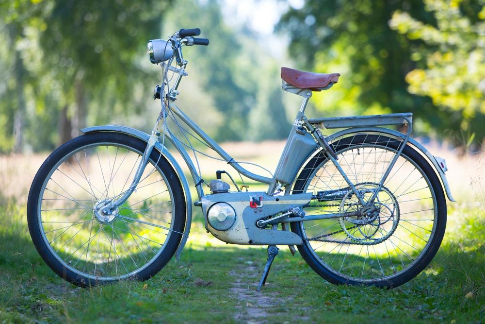 Mopeden föddes ur cykeln. En cykel med hjälpmotor, det var så politikerna tänkte sig det nya folkhems-åket som lanserades 1952. Men ingenjörer och formgivare hade större ambitioner än så. Björn Karlström gav NV 5 Autopeden 1953 en elegant motorkåpa som skulle skydda mopedistens ben mot värme och oljestänk. Men topplocket fick lov att sticka upp lite för kylnings skull. Där gav sig inte ingenjörerna! Foto: Claes Johansson.
