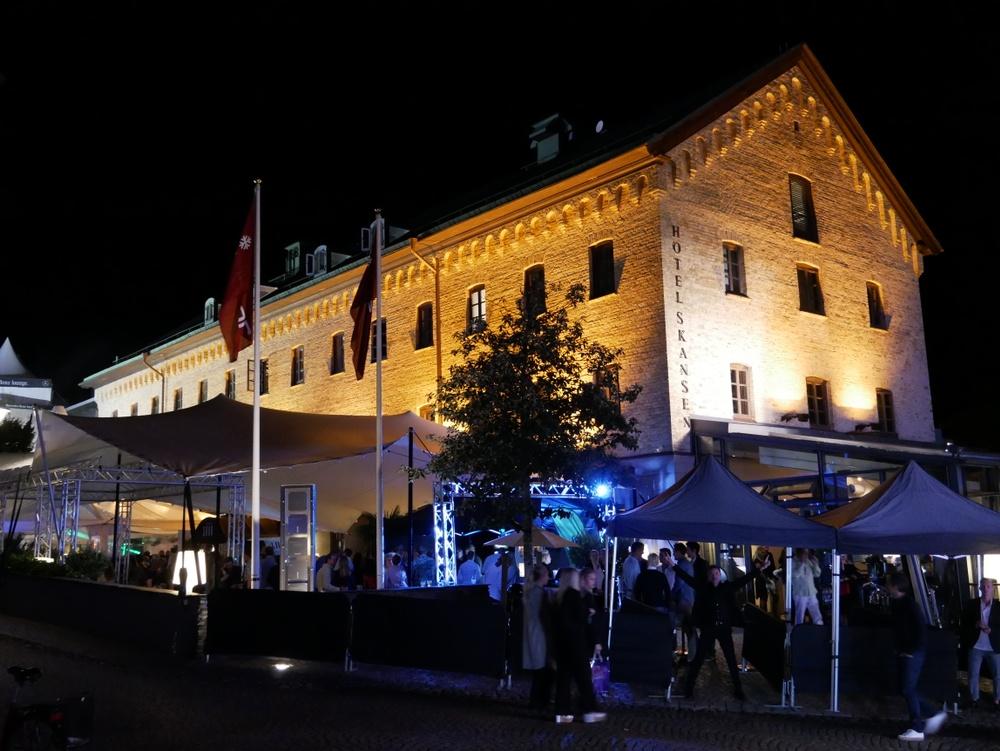 Hotel Skansen i Båstad på kvällen
